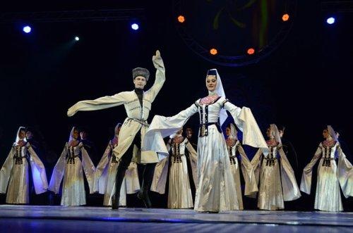 Легендарное грузинское этношоу, ансамбль